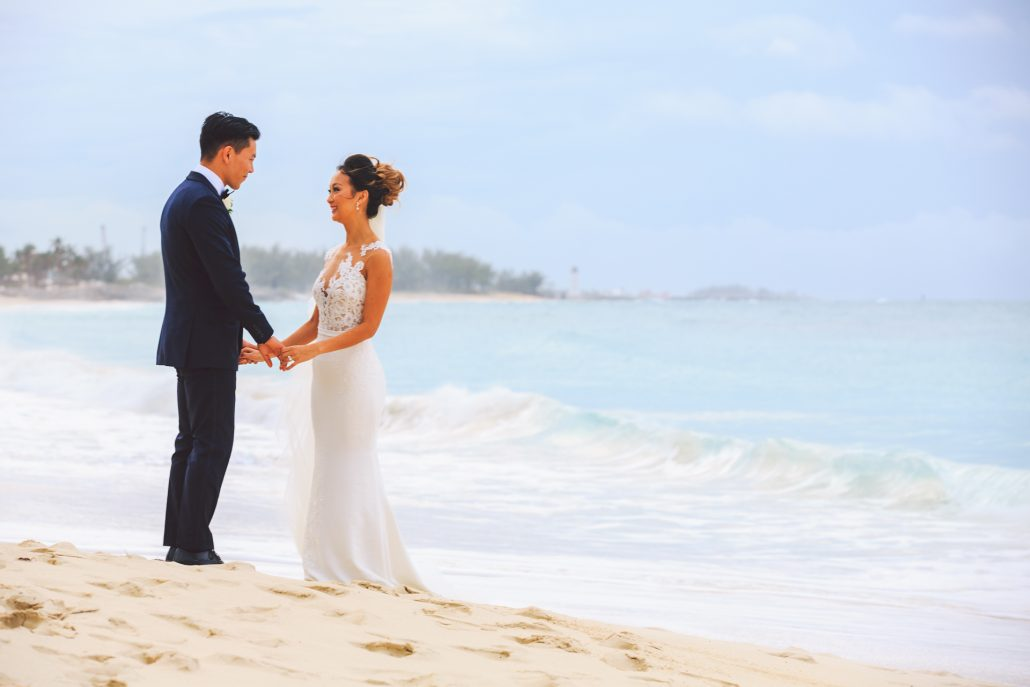 beach wedding photo at Atlantis bahamas